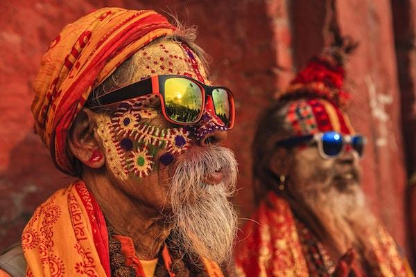 I hinduismen er sadhu, eller shadhu et vanlig begrep for en mystisk, asketisk utøver av yoga og/eller vandrende munker. Sadhuen dedikerer seg til å oppnå det fjrde og endelige hindumålet for livet, moksha (frigjøring) gjennom  meditasjon og tanker om Brahman. Sadhus er ofte ikledd fargede klær som symboliserer forsakelse.
