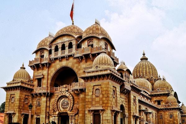 Bilde med den store inngangen til Belur-tempelet tatt på Belur Math, som ligger i den indiske byen Kolkata, Vest-Bengal