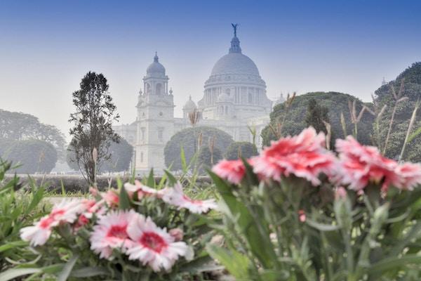 Blomster og Victoria Memorial i Kolkata, India. Et historisk monument for indisk arkitektur. Det ble bygget mellom 1906 og 1921 for å minnes dronning Victorias 25 år regjering i India.