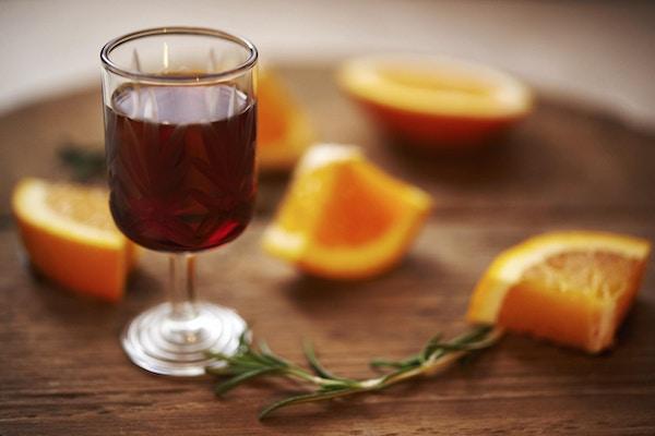 Glass med søt vin og appelsiner
