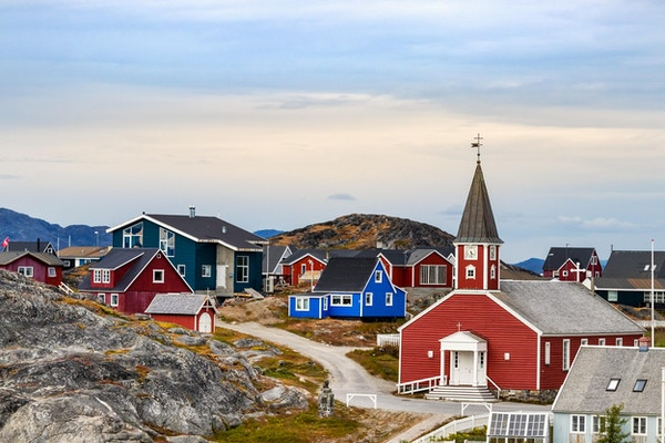 Vår frelsers katedral Annaassisitta Oqaluffia og fargerike hus på Nuuk, Grønland.
