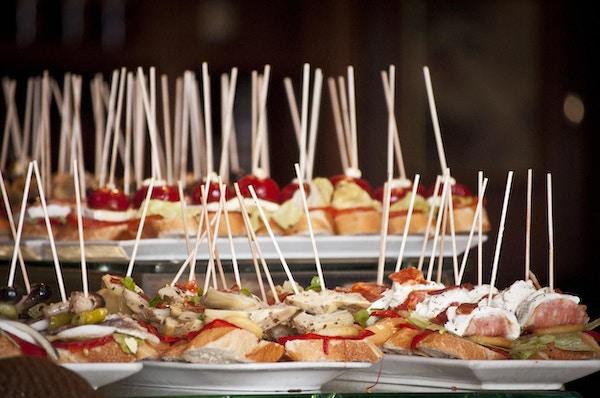 Pinchos og tapas i en typisk restaurant i Spania.