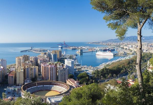 Luftfoto av byen og havnen i Malaga i Andalucia, Spania