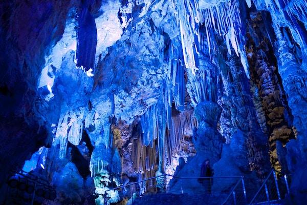 Stalaktitter inne i St. Michaels-hulen i Gibraltar,