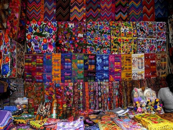 Fotografi av Mayan Crafts som blir solgt på et guatemalansk marked i Chichicastenango