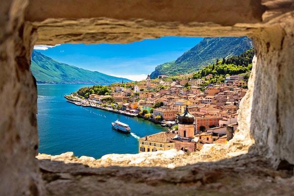 Limone sul Garda-utsikt gjennom steinvinduet fra bakketoppen, Gardasjøen i Lombardia-regionen i Italia