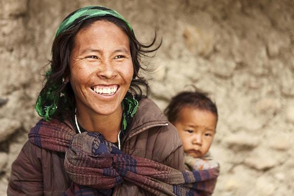 """Mustang-regionen er det tidligere riket Lo og nå en del av Nepal, i den nord-sentrale delen av det landet, som grenser til Folkerepublikken Kina på det tibetanske platået mellom de nepalske provinsene Dolpo og Manang. Kingdom of Lo, den tradisjonelle Mustang-regionen og â € œUpper Mustangâ € er ett og det samme, og består av de nordlige to tredjedeler av det nåværende Nepalske Mustang-distriktet, og er godt preget av offisielle """"Mustang"""" -grenseskilt bare nord for Kagbeni der en politipost sjekker tillatelser for ikke-nepalesere som ønsker å komme inn i regionen, og ved Gyu La (pass) øst for Kagbeni."""