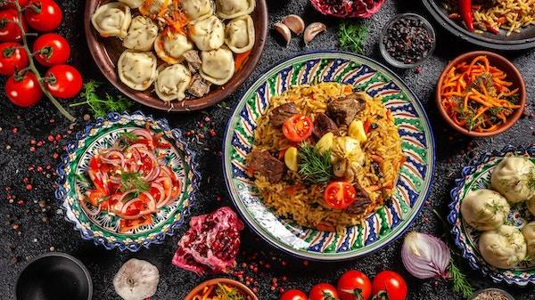 Tradisjonell usbekisk orientalsk mat. Usbekisk familiebord fra forskjellige nasjonale retter til nyttårsferien.