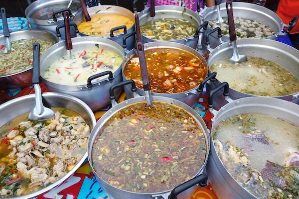 Thai krydret mat på markedet