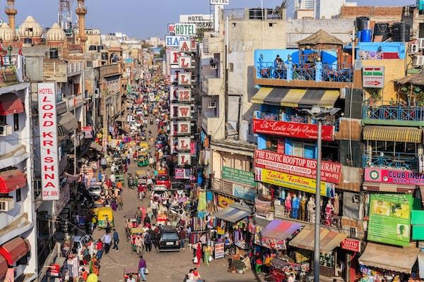 Main Bazar, Paharganj kjent for sin konsentrasjon av hoteller, hytter, restauranter, dhabaer og et bredt utvalg av butikker som serverer både innenlandske reisende og utenlandske turister, spesielt backpackere og lavbudsjett-reisende.