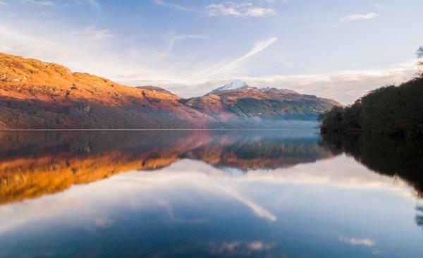 Loch Lomond ved soloppgang.
