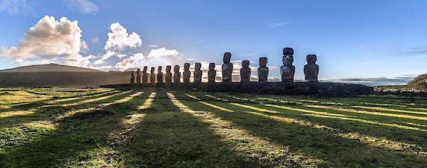 Panoramautsikt mot Ahu Tongariki ved soloppgang, Påskeøya (Rapa Nui), Chile.