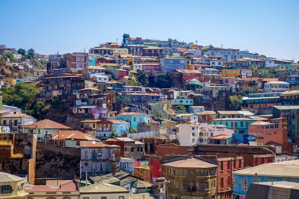 Fargerike gamle hus i Valparaiso by, Chile