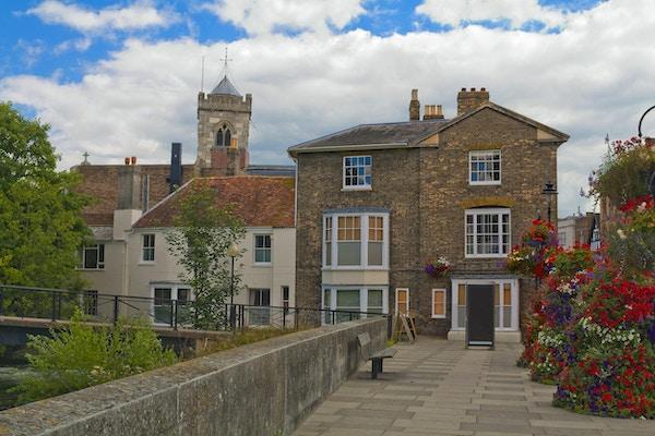Historiske bygninger med kirke bak seg i Salisbury, England