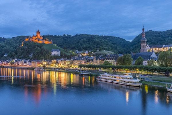 Cochem, på et vakkert sted ved Moselelven, er den største byen i Cochem-Zell-distriktet i Rheinland-Pfalz, Tyskland. Den pittoreske byen med bindingsverkshus, smale smug og et borg, Reichsburg Cochem, ligger på slutten av Cochemer Krampen, elvestrekningen som starter oppover ved Bremm. Elvebåter ligger forankret her for natten.