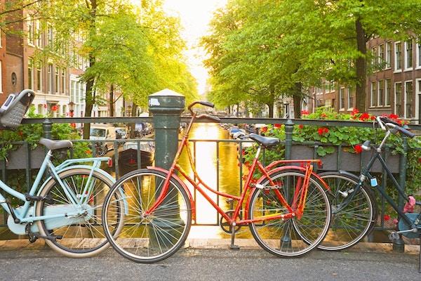 Sykler på broen i Amsterdam, Nederland