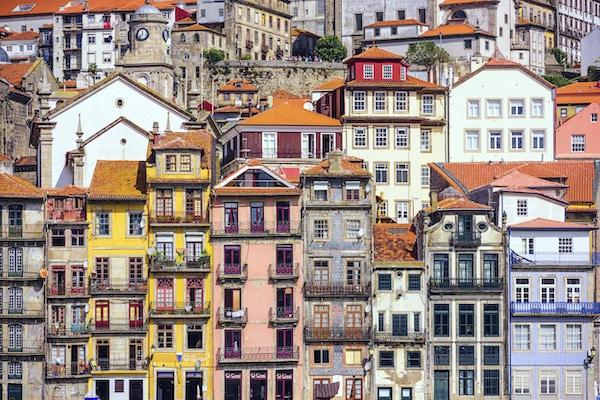 Utsyn mot bygninger på motsatt side av Douroelven i Porto