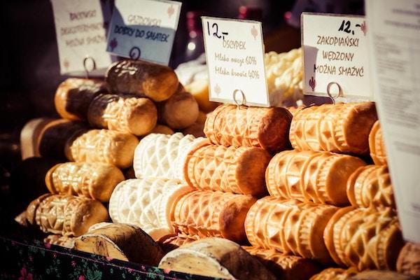 Tradisjonell polsk røkt ost-oscypek på utemarked i Zakopane