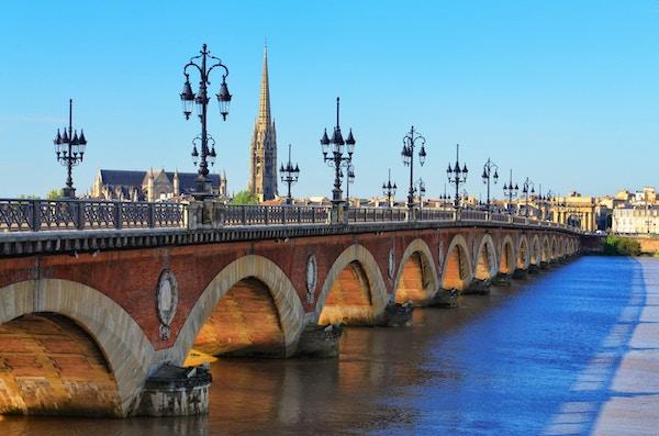 Bordeaux river bro med St Michel katedralen i bakgrunnen, Frankrike
