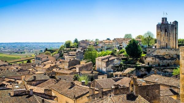 panoramautsikt over Saint-Emilion og vingården, nær Bordeaux i Frankrike