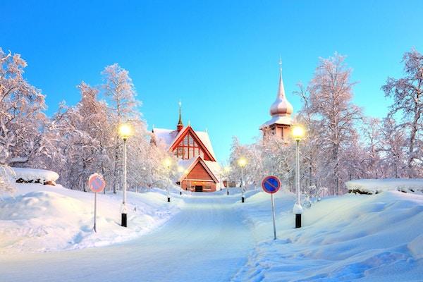 Kirke i skumringen, vinterlandskap. Foto.
