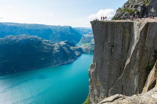 Mange mennesker på Preikestolen, Preikestolen 608m over Lysefjorden i Norge.