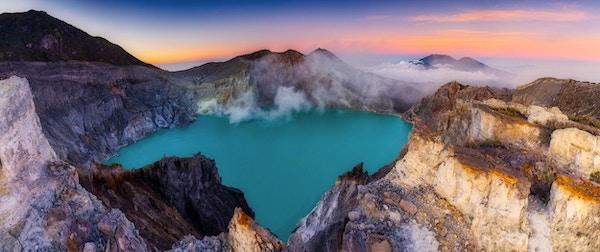 Landskapsutsikt over vulkanen Kawah Ijen. en av de mest berømte turistattraksjonene i Indonesia.