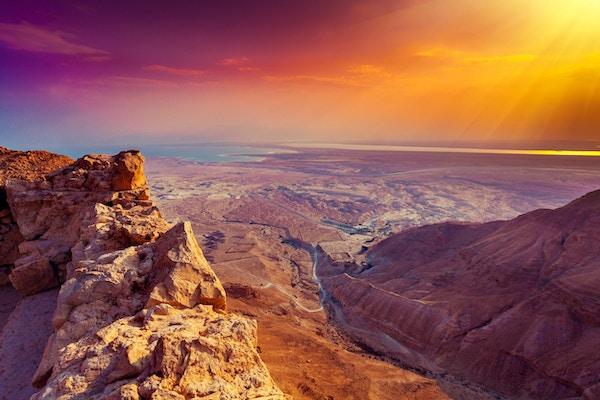 Vakker soloppgang over Masada festning. Ruiner av kong Herodes palass i Judean Desert.