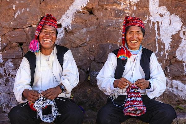 """Taquile er en øy på den peruanske siden av Titicacasjøen 45 km offshore fra byen Puno. Rundt 1700 mennesker bor på øya, som er 5,5 x1,6 km i størrelse (maksimale målinger), med et område på 5,72 km2. Øyens høyeste punkt ligger 4050 moh. og hovedlandsbyen ligger på 3950 moh. Innbyggerne, kjent som Taquilenos, er sørlige Quechua-snakkende. Taquilenos driver sitt samfunn basert på felleskollektivisme og på Inka-moralkoden ama sua, ama llulla, ama qhilla, (Quechua for """"ikke stjele, ikke løgn, ikke vær lat""""). Øya er delt inn i seks sektorer eller suyus for vekstrotasjonsformål. Økonomien er basert på fiske, terrasserte hagebruk basert på potetdyrking,og turistgenererte inntekter fra de rundt 40 000 turistene som besøker hvert år.Tacilenos er kjent for sine fine håndvevde tekstiler og klær, som blir sett på som blant den høyeste kvaliteten kunsthåndverk i Peru. Alle på øya - barn, kvinner og menn - spinner og vever."""