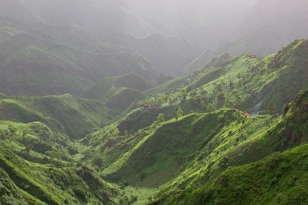 Santiago, en av ni bebodde øyer som utgjør den vestafrikanske nasjonen Kapp Verde, er øygruppens største øy. I Serra Malagueta (Malagueta-fjellet) dominerer det grønne i landskapet. Antallet regnfulle dager per år er høyt, og det er vann og vegetasjon hvor som helst.