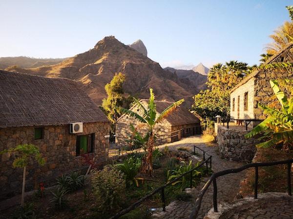 Kapp verde soloppgang fjell steinhus