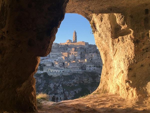 Panoramautsikt gjennom hulen i sassi di Matera, basilicata, Italia. UNESCOs europeiske kulturhovedstad 2019