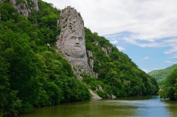 Skåret portrett av den dakianske kongen Decebal på Danubeelven, Iron Gates Naturpark, Romania