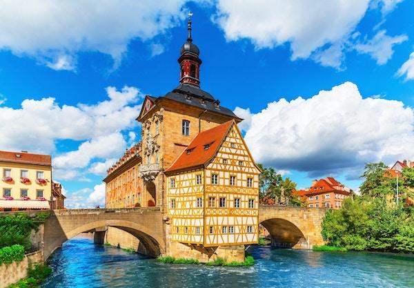 Vakker sommerutsikt over gamlebyens arkitektur med rådhusbygningen i Bamberg, Tyskland. Se også: