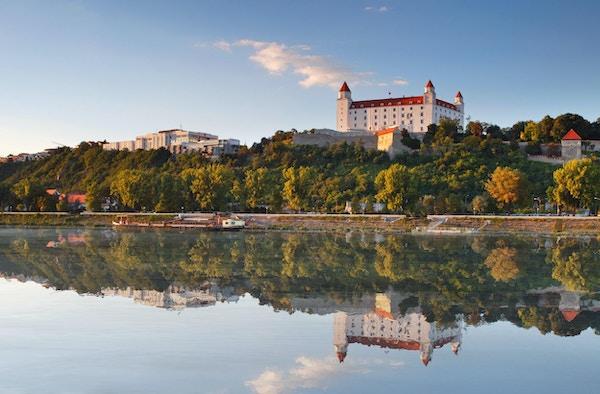 Bratislava slott med refleksjon i elven Donau