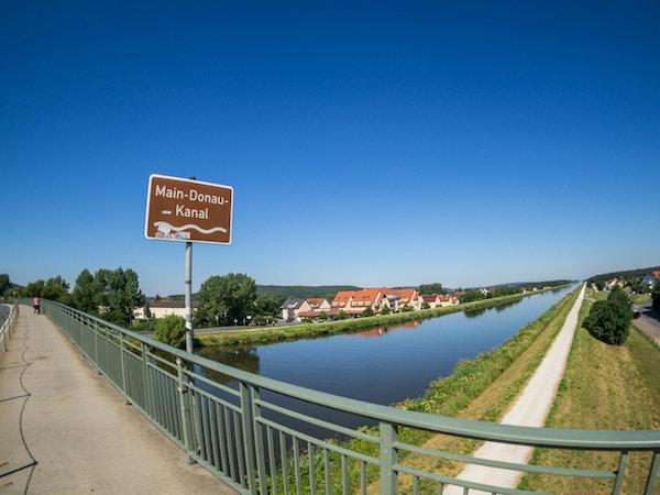 Kanal med hus langs bredden