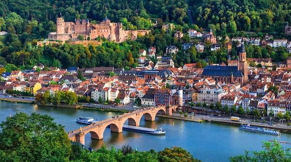 Reis i Tyskland - bybilde av den pittoreske, historiske byen Heidelberg