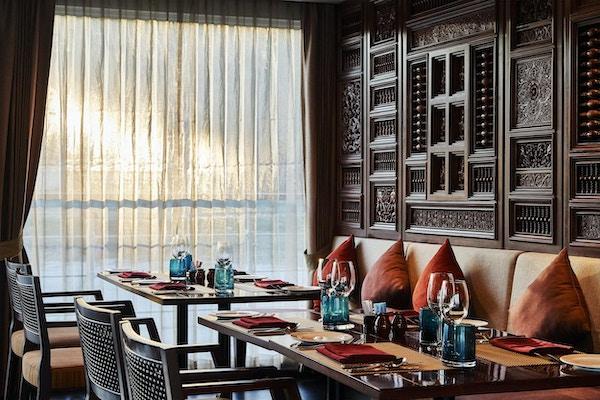 Restaurant med ferdig dekket bord. Foto.
