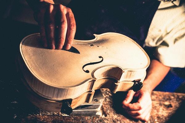 Fiolinmaker i Cremona. Fra 1500-tallet og utover var Cremona kjent som et senter for produksjon av musikkinstrumenter.