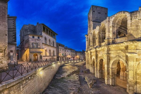 Romersk amfiteater i skumringen i Arles, Frankrike