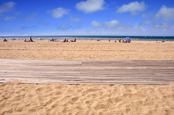 Promenade av treplanker på stranden i Trouville, Normandie, Frankrike