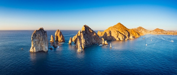 Panoramaoversikt over Cabo San Lucas. Byen er kjent for flotte strender og de spesielle klippeformasjonene. Mexico.
