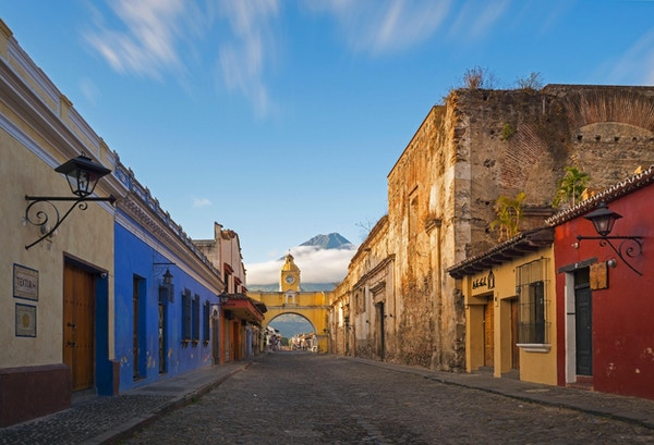 En lang eksponering ved soloppgang i det historiske sentrum av Antigua, Guatemala.