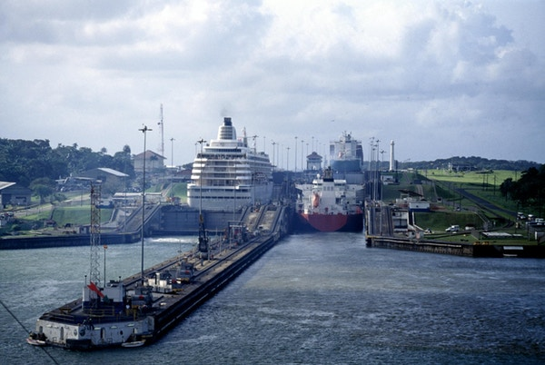 Nært på slusene i Panamakanalen, Panama City.