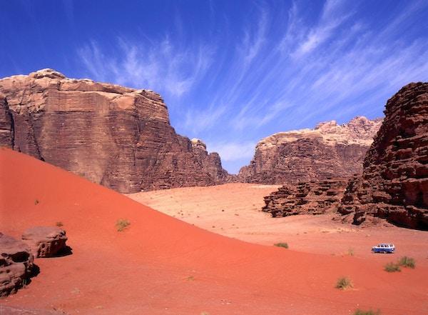 Utforsker med firehjulstrekk Wadi rumørkenen i Jordan