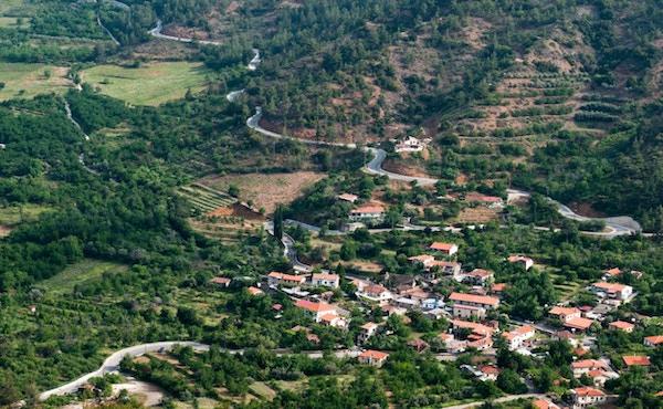 Flybilde av fjellandsbyen Tsakkistra i Troodos-området.