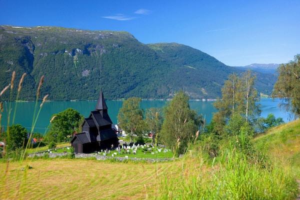 Kirke med utsikt over fjord