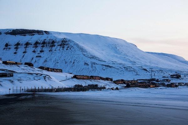 Longyearbyen, den største byen Spitzbergen, ble bilde utsatt for under den polare natten. I tidligere tider var kullgruvedrift hovedinntekten i Longyearbyen på grunn av mange kullgruver i nærheten av Longyearbyen, nå er turisme hovedvirksomheten i Spitzbergen. I løpet av den polare natten varer mørket 24 timer. Natteskudd med lang tids eksponering!