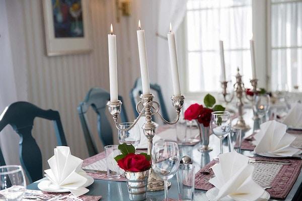 Middagsbord med stearinlys og blomster