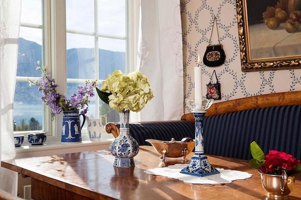 Bord og sofa med blomsterdekorasjon